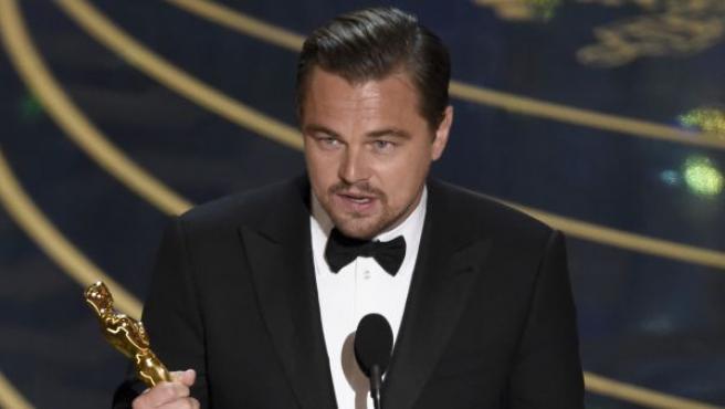 El actor californiano Leonardo DiCaprio recogiendo el Oscar por la cinta 'El Renacido'.