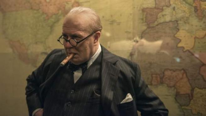 Gary Oldman caracterizado como Winston Churchill para la película El instante más oscuro, donde se repasa parte de la vida del primer ministro británico.