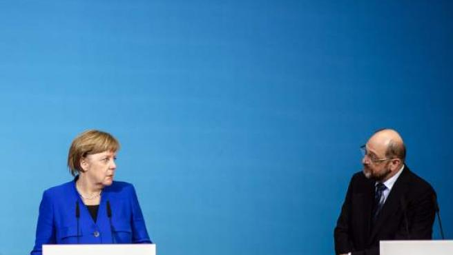 La canciller alemana, Angela Merkel, y el líder del Partido Socialdemócrata (SPD), Martin Schulz, en rueda de prensa.