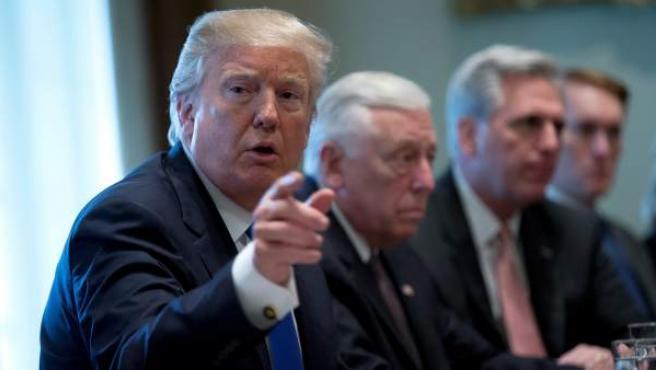 El presidente de EE UU, Donald Trump, participa en una reunión con unos 25 congresistas y senadores de ambos partidos en la Casa Blanca, en Washington.