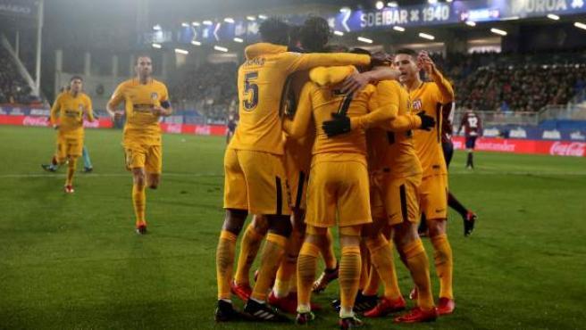 Los jugadores del Atlético de Madrid celebran el gol de Gameiro en Eibar.
