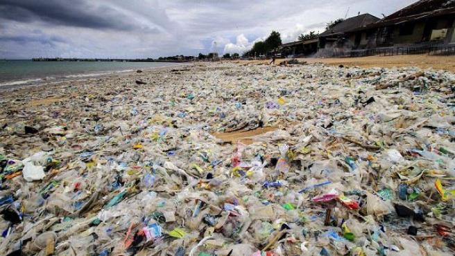Montañas de plástico que cubren la playa de Kerobokan, en la isla indonesia de Bali, cuyos 4,5 millones de habitantes generan 1.000 toneladas de desperdicios, lo que la convierte en una de las regiones que más contamina, por encima de Jakarta, la capital del país.