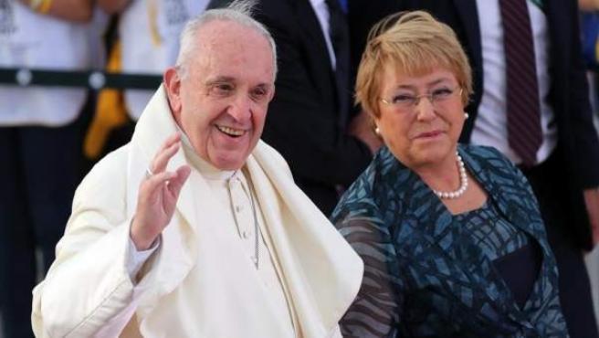 La presidenta de Chile, Michelle Bachelet, conversa con el papa Francisco a la llegada del pontífice al Aeropuerto Internacional Comodoro Arturo Merino Benítez, en Santiago.