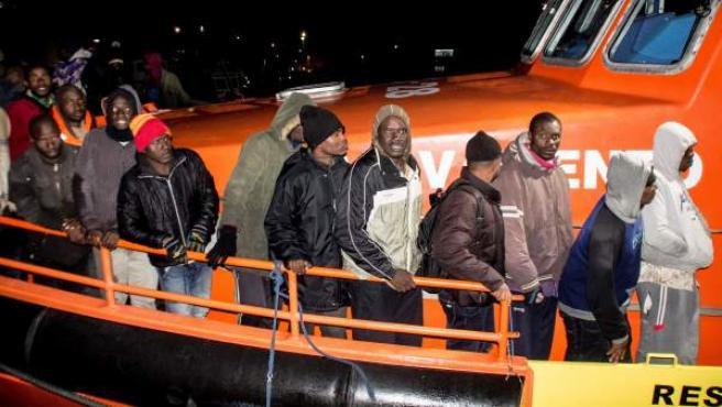 Los 93 inmigrantes a su llegada al puerto granadino de Motril.