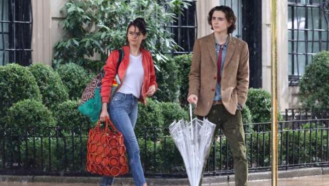 Los actores Selena Gomez y Timothée Chalamet, en el rodaje de 'A Rainy Day in New York'.