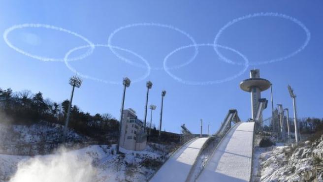 Anillos olímpicos, creados por el equipo acrobático de vuelo Black Eagles de la Fuerza Aérea surcoreana, sobre el Alpensia Ski Jumping Center en PyeongChang (Corea del Sur).