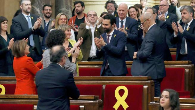 El nuevo presidente del Parlament, Roger Torrent (c), recibe la felicitación de sus compañeros tras ser elegido durante la sesión constitutiva del Parlamento catalán de la XII legislatura.