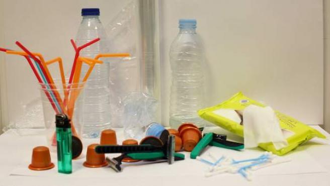 Conjunto de productos hechos de plásticos.