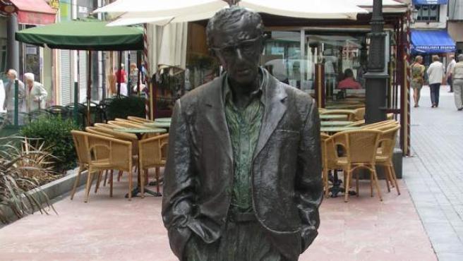 La estatua de Woody Allen en Oviedo fue instalada en el año 2003.