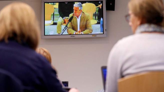 Vista desde la sala de prensa de la Audiencia Nacional de la declaración de Pablo Crespo.