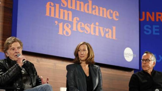 Robert Redford junto a la directora ejecutiva del Sundance, Keri Putnam, y el director del festival John Cooper brindan la conferencia de prensa inaugural del Festival de Cine de Sundance 2018.
