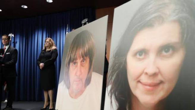 El fiscal de Riverside Mike Hestrin anuncia los cargos contra el matrimonio que secuestró a sus 13 hijos durante años en California.