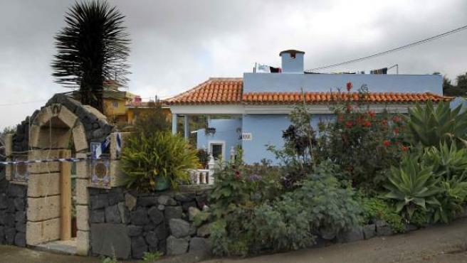 Exterior de la vivienda ubicada en el municipio tinerfeño de Los Realejos donde una mujer de 46 años fue hallada muerta anoche con heridas de arma blanca infligidas presuntamente por su pareja.