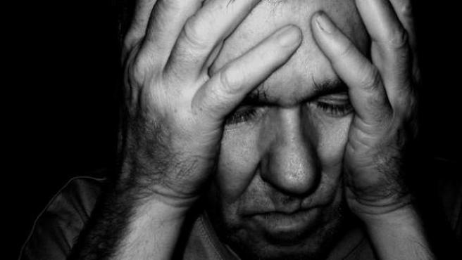 Imagen de un hombre con ansiedad y depresión.