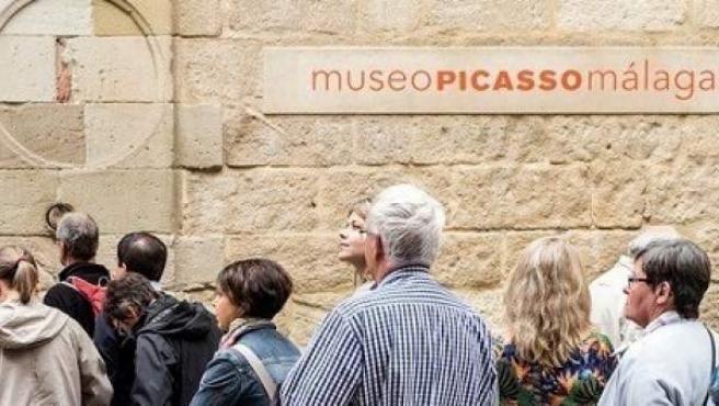Gente haciendo cola en la entrada del Museo Picasso Málaga.