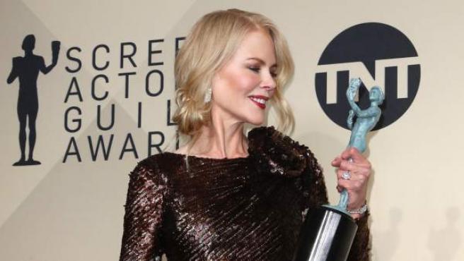 Nicole Kidman posa junto a su premio SAG.