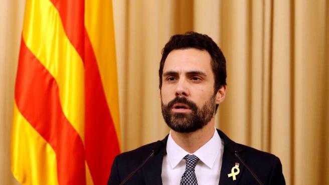 El presidente del Parlament, Roger Torrent (ERC), durante la declaración institucional que ha realizado en el Parlament en la que ha propuesto al líder de Junts per Catalunya (JxCat), Carles Puigdemont, como candidato a presidente de la Generalitat.