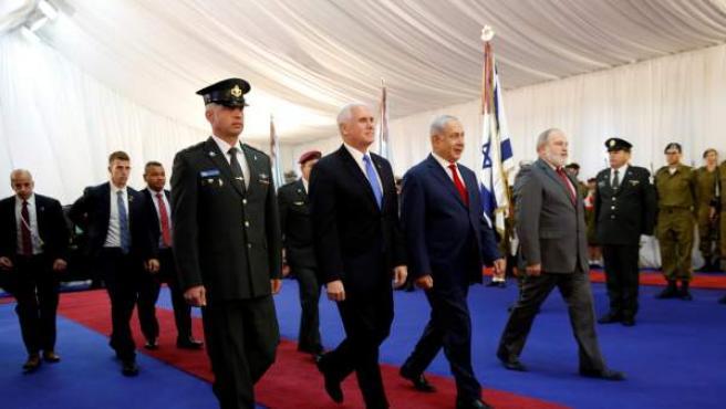 El primer ministro israelí, Benjamin Netanyahu (c-dcha), recibe al vicepresidente de Estados Unidos, Mike Pence (c-izq), a su llegada al aeropuerto Ben Gurion de Tel Aviv (Israel).