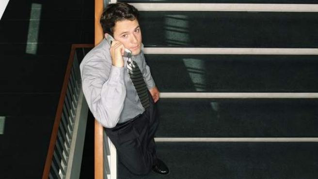 Un trabajador hablando por su teléfono móvil.