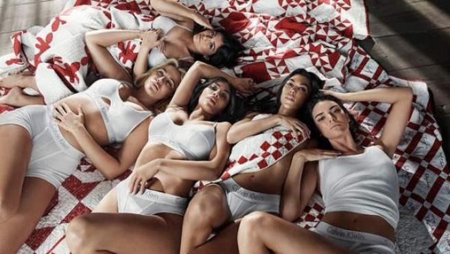 Las hermanas Kardashian posan para la marca Calvin Klein.