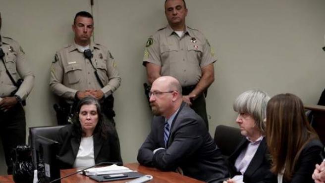 Louise Turpin (izq.) y David Turpin (segundo por la dcha.), la pareja que mantuvo secuestrados a sus 13 hijos en condiciones insalubres, asisten a la lectura de los cargos presentados contra ellos en un tribunal de Riverside, California (EE UU).