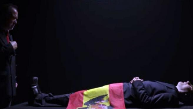 Fotograma de la obra El rey, protagonizada por Alberto San Juan junto a Willy Toledo y Luis Bermejo.