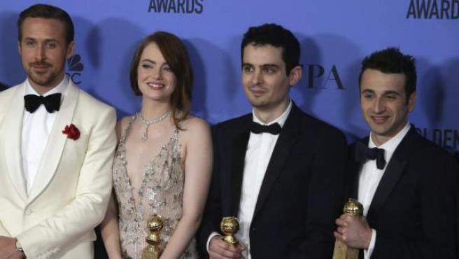 El actor Ryan Goslin, la actriz Emma Stone, el director Damien Chazelle y el compositor Justin Hurwitz posan tras recibir los Globos de Oro.