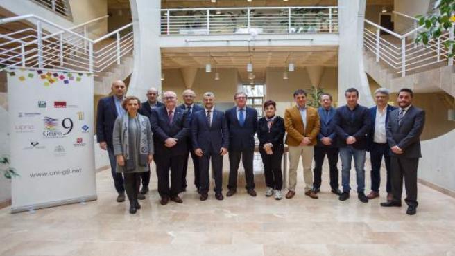 Foto de grupo de la reunión con el rector de la UPNA.