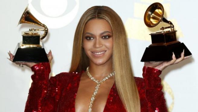 La cantante estadounidense Beyoncé muestra muy sonriente los dos galardones que se ha llevado en la 59 edición de los Grammy.