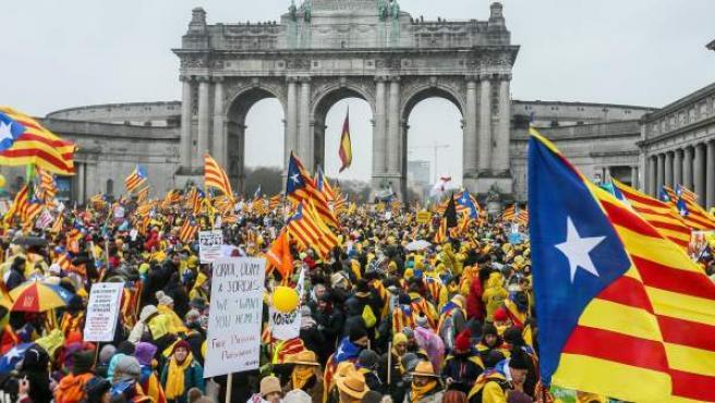 Cientos de manifestantes se concentran ante la Explanada del Cincuentenario de Bruselas para participar en la manifestación independentista organizada por ANC y Òmnium Cultural.