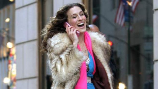 La actriz Sarah Jessica Parker interpretando a Carrie Bradshaw en la serie 'Sexo en Nueva York'.