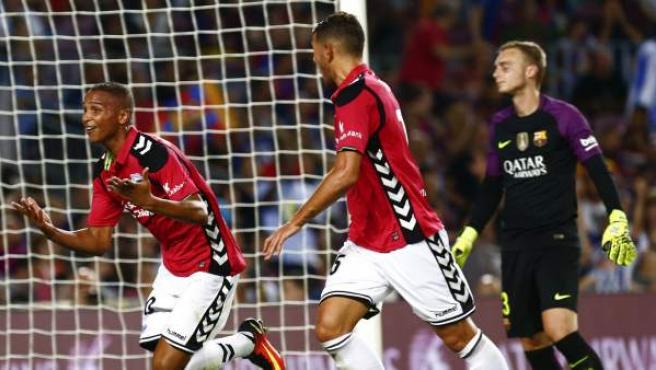 El delantero brasileño del Alavés Deyverson Silva Acosta celebra junto el defensa francés del Deportivo Alavés Theo Hernández su gol en el Camp Nou.