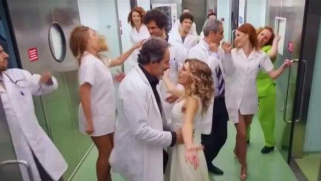 Escena de un número musical de 'Telepasión' ambientado en un hospital.