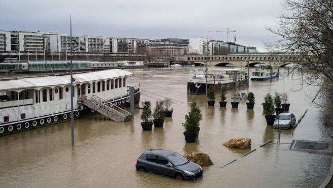 Vista de una zona inundada a orillas del río Sena en París (Francia). Las fuertes lluvias han contribuido a la subida del nivel del agua lo que ha causado pequeñas inundaciones.