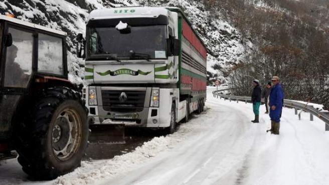 Vista de una carretera de montaña cubierta de nieve.