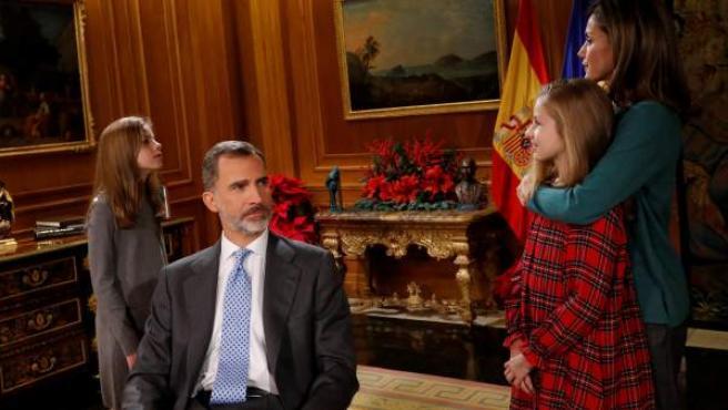 El rey Felipe, antes de dar su discurso de Navidad, rodeado de su esposa, la reina Letizia, y las infantas Leonor y Sofía.