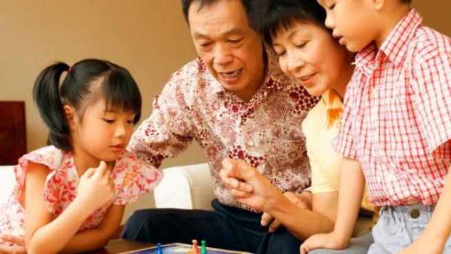 El impacto en las carreras de los padres o lo complejo de la educación son las principales razones por las cuales las familias dudan en tener un segundo hijo.