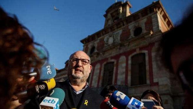 El portavoz de Junts per Catalunya (JxCAT), Eduard Pujol, en declaraciones a la prensa ante el Parlament catalán.