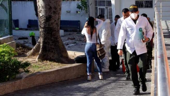 Un investigador de la policía recoge evidencias tras un atentado en Barranquilla (Colombia).
