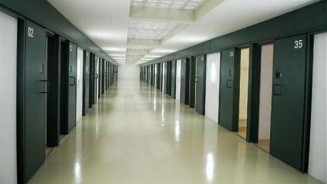 Pasillo con la entrada a varias celdas de un centro penitenciario.