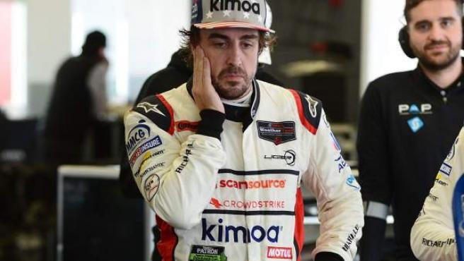 Fernando Alonso observa cómo los mecánicos reparan su Ligier durante las 24 Horas de Daytona.