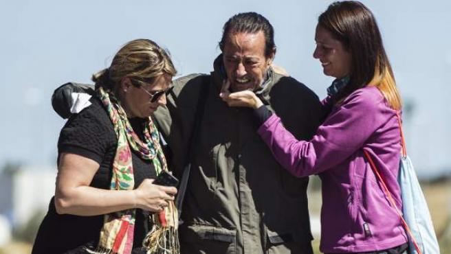 El exalcalde de Marbella Julián Muñoz se abraza a sus hijas, Eloisa (i) y Elia (d), a la salida de la prisión provincial de Alhaurín de la Torre (Málaga) en 2016.