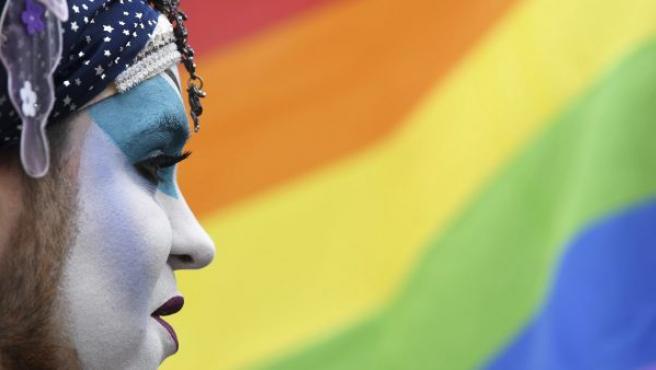 Un activista en el Día Internacional contra la LGTBfobia.