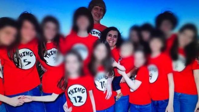 """David Allen Turpin y Louise Anna Turpin, con sus hijos, en una foto publicada en Facebook donde los hermanos visten camisetas numeradas desde """"cosa 1"""" hasta """"cosa 13""""."""