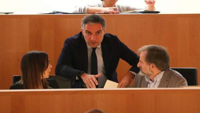 Elías Bendodo presidente de la diputación habla con Pardo y Sichar Ciudadanos Cs