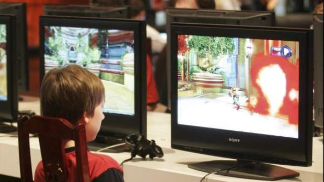 Un niño probando un videojuego.