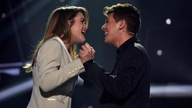 Los concursantes de 'Operación Triunfo' 2018 Amaia Romero y Alfred García, interpretan el tema 'Tu canción' durante la Gala Eurovisión del programa.