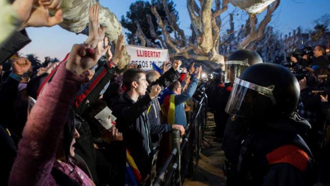 Agentes antidisturbios de los Mossos d'Esquadra, desplegados frente al Parlament ante un grupo de independentistas.