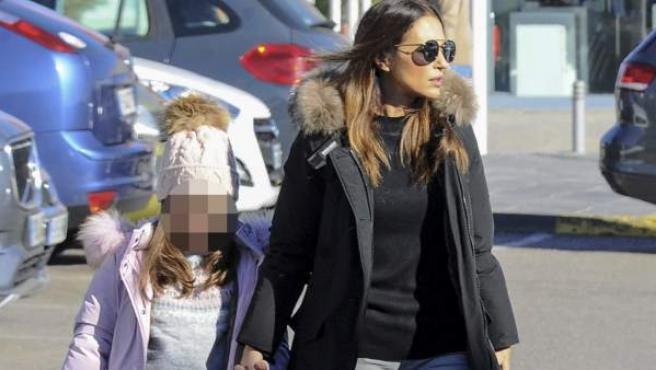 Paula Echevarría camina por la calle junto a su hija Daniela.