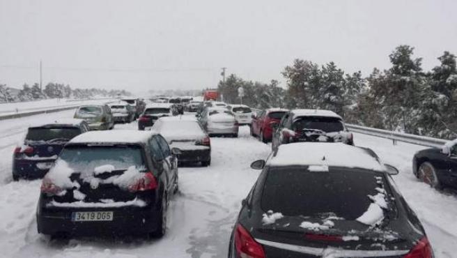 Coches atrapados en la AP-6 por el primer temporal de nieve de 2018.